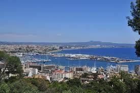 Fue fundada con el nombre de Palma por el cónsul romano Quinto Cecilio Metelo Baleárico en el año 123 a. C. Se estima que su asentamiento actual corresponde posiblemente con las ruinas romanas que se encuentran bajo su casco histórico, aunque aún no existen pruebas irrefutables.