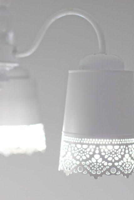 Un macetero convertido en una lámpara romántica