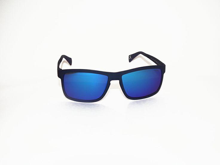 Occhiali Italia Independent. Montatura super flessibile, studiato per chi ama fare sport. Possibilità di scegliere tra due colori: camouflage o blu notte. http://www.otticagelmi.com/shop/donna/occhiale-sole-italia-indipendent-113/