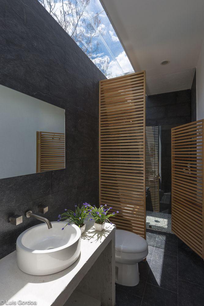 Gallery - RGT House / GBF Taller de Arquitectura - Banheiro com iluminação natural e ripado em madeira.
