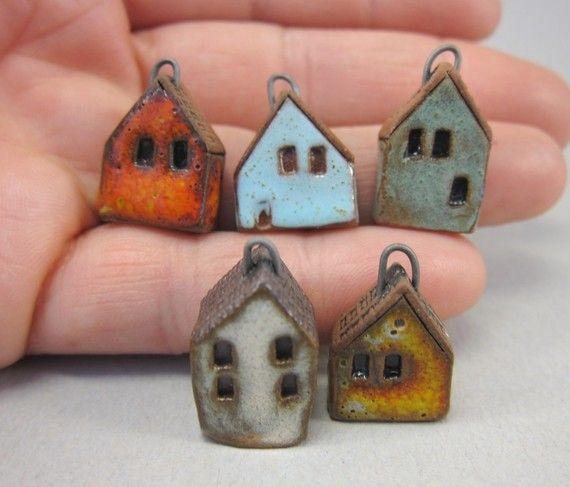 Kettenanhänger/Hand gebildet winzigen Haus Charme - hergestellt aus Mid Feuer rot Terrakotta-Ton.  Texturierte Dächer, gestempelt, Fenster und Türen. Nichrome Draht Haken eingefügt. Kone 3 Polituren: Sonnenuntergang Orange texturiert, texturierte Sonnenuntergang gelb, matt weiß, Türkis und türkisgrün.  Häuser sind 17-18-19-20-22 mm oder 0,7-0,8-1.1 hoch.  Versand per Luftpost. Hier Versand (Tracking) auf Anfrage.