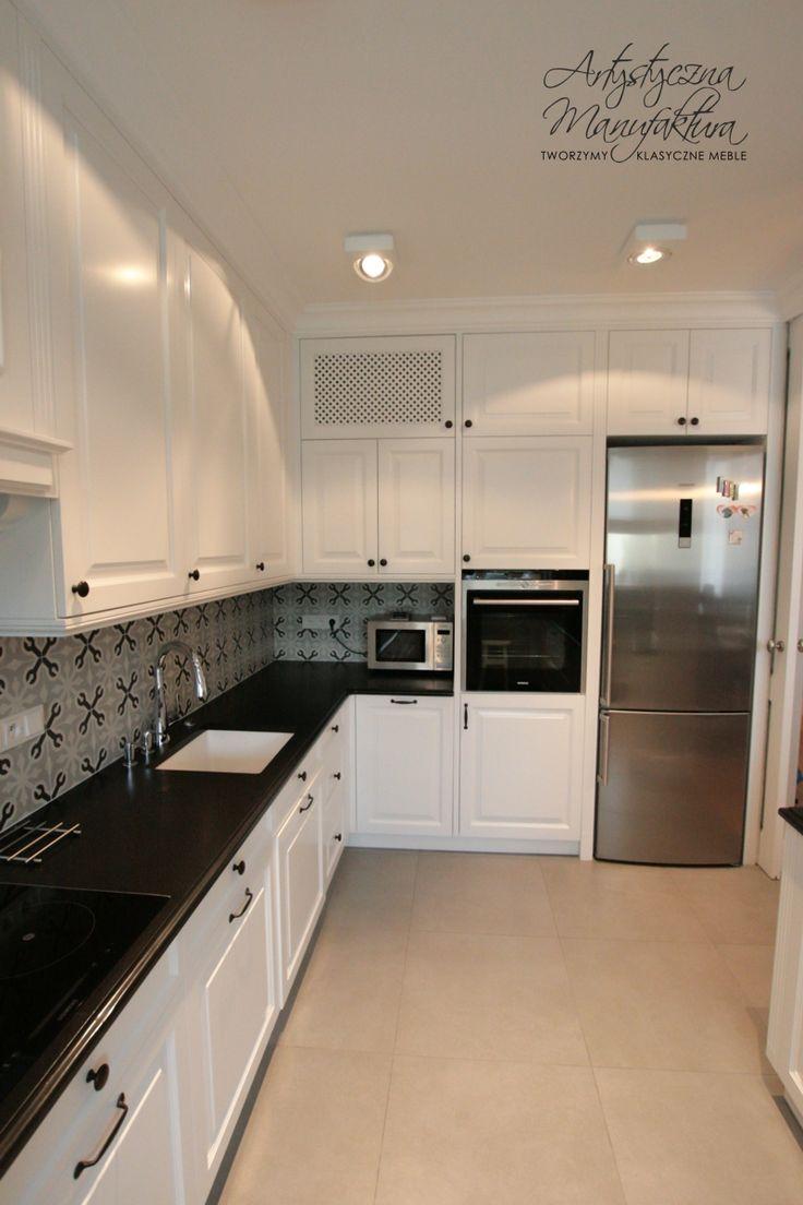 zabudowa piekarnika i lodówki w klasycznej angielskiej kuchni, custom kitchen cabinets, white hand painted kitchen, classic style kitchens with black granite countertop  - wykonanie Artystyczna Manufaktura