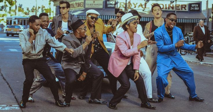 """En compañía de Mark Ronson y encabezando el primero de los sencillos del mismo """"Uptown Special"""", Brono Mars lanza su nuevo video clip para la canción """"Uptown Funk"""", una canción como su nombre lo dice llena de Funk y de una bocanada a los años 80´s. Anteriormente, se les había visto trabajar juntos en los discos""""Locked Out Of Heaven"""" y Gorilla"""" por lo que una tercera vez no parecía mala idea. Definitivamente algo que no hace falta escuchar por más de 20 segundos para querer pararte a bailar…"""