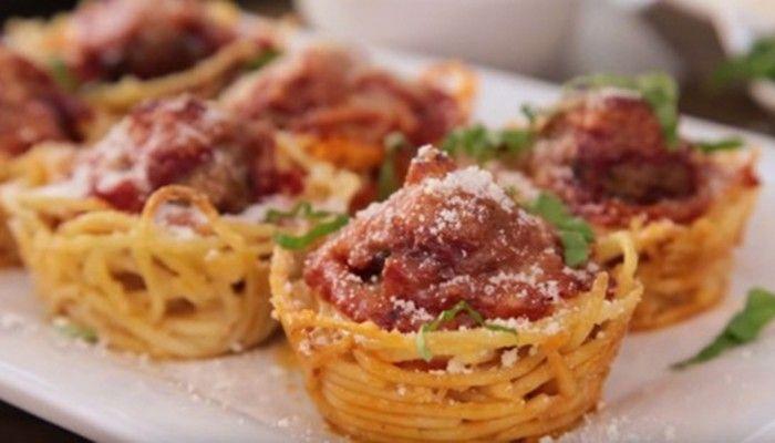Klasické špagety s rajčatovou omáčkou a mletým masem, posypané strouhaným sýrem má každý rád. Zkuste si připravit takové jednohubky.