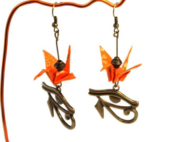 Origami grues boucles d'oreilles avec oeil égyptien, métal couleur bronze : Boucles d'oreille par origamis-toutenpapier