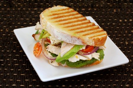 Σάντουιτς με κοτόπουλο, ρόκα και μοτσαρέλα - Συνταγές   γαστρονόμος