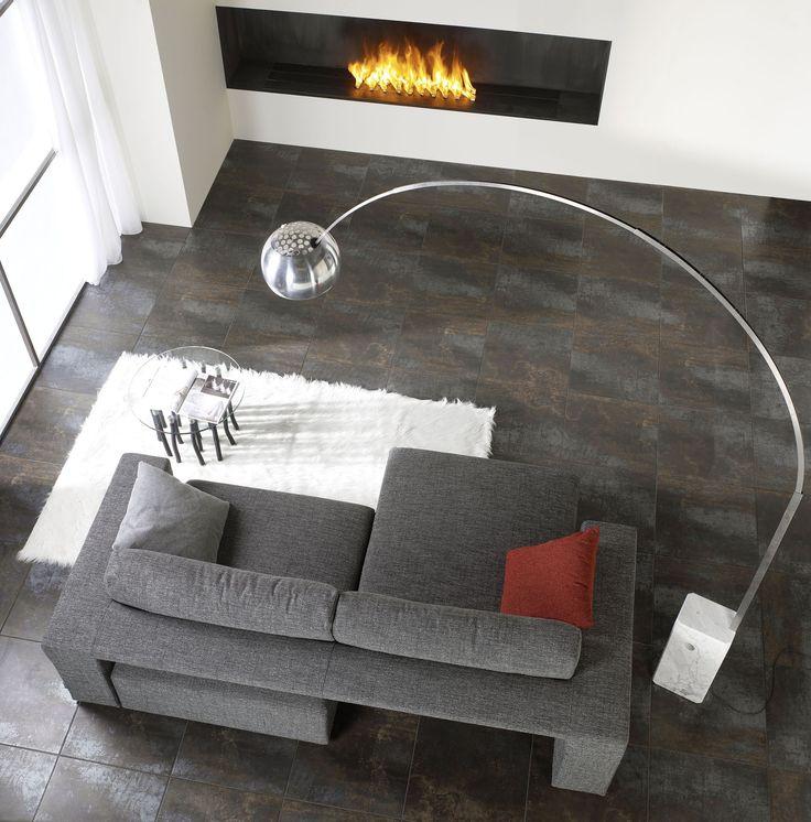 Плитка под металл, серый диван, камин