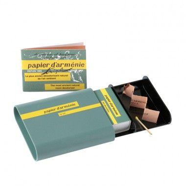 Le kit Papier d'Arménie, avec un espace pour brûler le papier d'Arménie, un pour la boîte d'allumettes aux couleurs de la marque et un réservé au carnet.