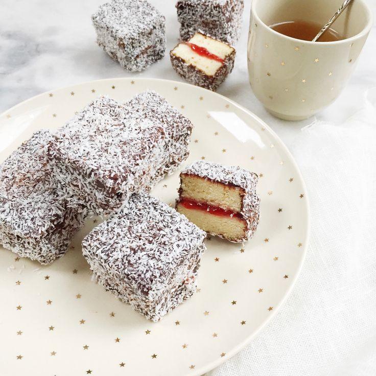 Deze goddelijke Lamington cakejes mar aardbeienjam , chocolade frosting & kokos is zoooo lekker;-) Recept www.madebyellen.com