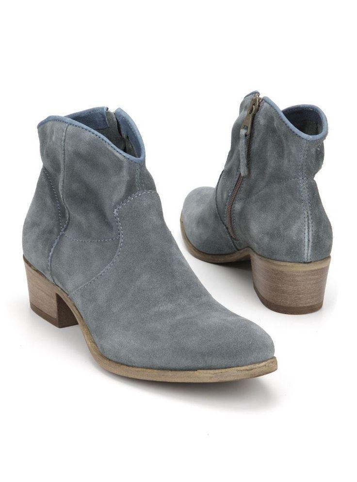 Mjus enkellaarsje  Description: Mjus enkellaarsjes in het blauw. Deze dames laarzen hebben een bovenwerk gemaakt van leer. De laarsjes hebben een ritssluiting aan de binnenzijde en de hakhoogte bedraagt ongeveer 4 cm.  Price: 83.99  Meer informatie