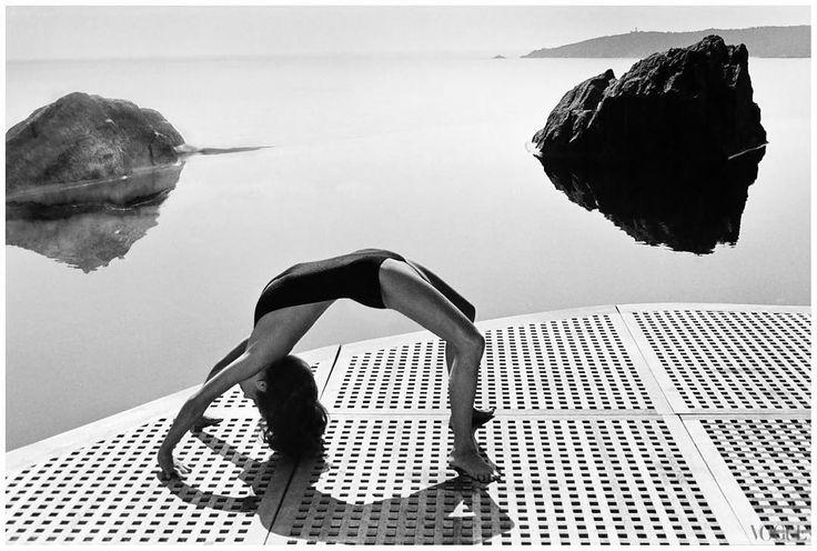 Helmut Newton Autoritratto con la moglie e una modella Vogue Studio Paris 1981. Questo scatto è emblematico perché il corpo femminile ritratto in quegli anni in maniera quasi ossessiva è qui messo in contrasto da un lato con la figura del fotografo riflesso sullo specchio e dallaltro con la stessa moglie di Newton lex modella June Browne che Newton dopo averla ritratta più volte in età giovanile aveva avviato alla fotografia col nome darte di Alice Springs. Da allora fino alla scomparsa di…