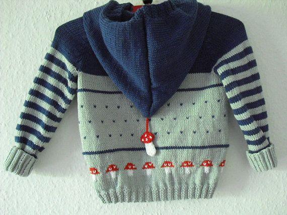 Strickjacke aus 100% Baumwolle mit roten,eingestrickten Fliegenpilzen rundherum. Die Farben der Jacke sind Jeansblau und hellgrau. Gern stricke ich die Jacke nach euren Angaben. Neugeborene Größe 50-56 3 Monate-6Monate Größe 62 7 Monate-9Monate Größe 68 10 Monate-12 Monate Größe 74 12 Monate-18 Monate Größe 80