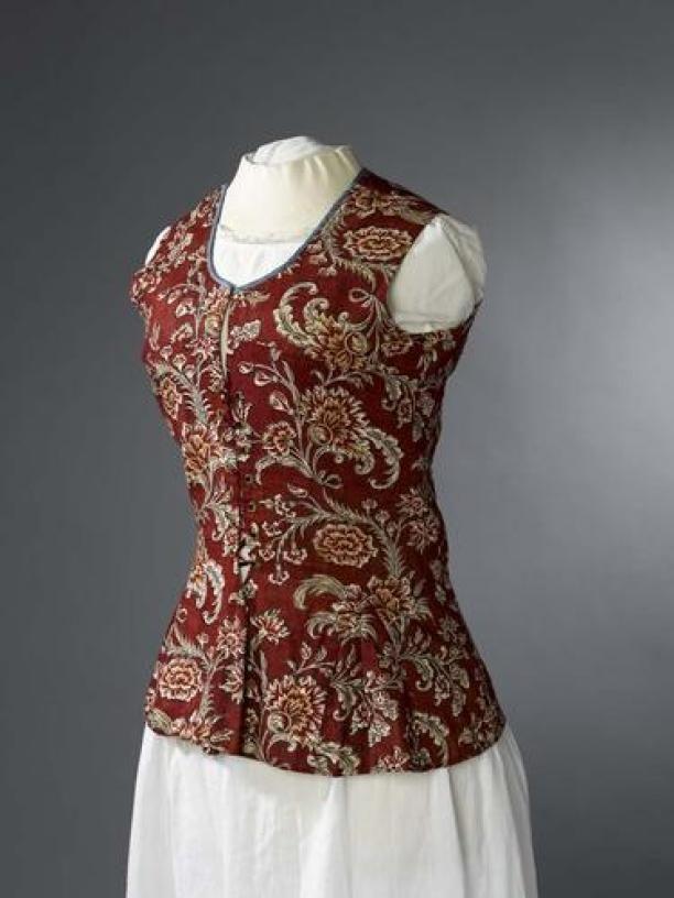 1700-1749 Informeel vrouwenjak met rijgsluiting, bedrukt katoen met motieven op rood-bruine grond | Modemuze