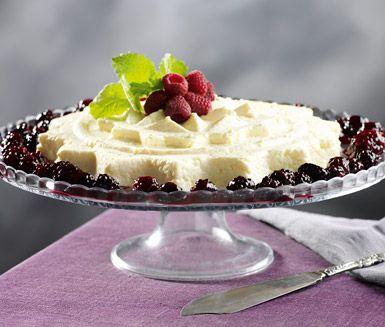 Ett härligt recept på krämig äggost som är Bohusläns traditionella landskapsrätt. Du gör efterrätten av mjölk, ägg, filmjölk och socker. Servera desserten med stiliga björnbär.