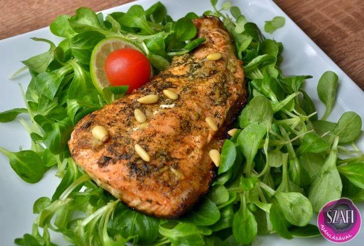 Citromos-fokhagymás-kapros lazac friss salátával és fenyőmaggal