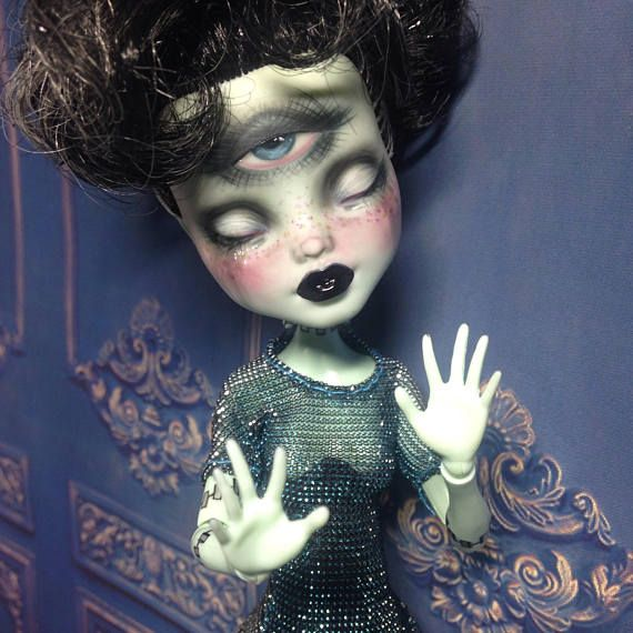 Monster high Custom Oak Repaint Bride of Frankenstein Doll.:).