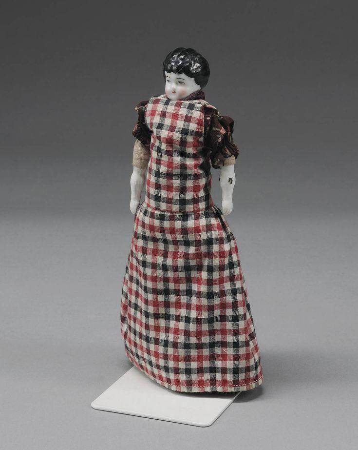 Popje met porseleinen hoofd en handjes. Volgens de museum registratie is zij gekleed zoals een meisje uit de omgeving van Bilthoven. Haar kleding lijkt echter ook sterk op de kleding van jonge meisjes met de lievesjullek (het hele schort) uit Bunschoten en Spakenburg. #Utrecht #Spakenburg #Gooi #NoordHolland