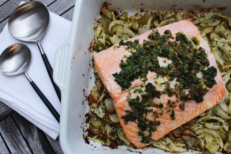 Deze zalm met venkel uit de oven is én snel, én makkelijk, en daarbovenop ook nog eens lekker. Serveer er een simpel gekookte aardappeltje bij, en je bent op weg naar een rustige avond met weinig afwas en tevreden disgenoten.