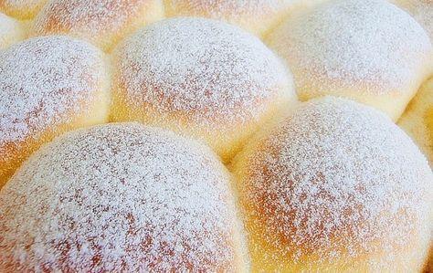 One su toliko sočne, mekane i dobre da će vam zaista već nakon prvog pravljenja biti jasno da je ovo definitivno najbolji recept za buhtle. Prijatno!    Sastojci     300 mlmlakog mlijeka   10 grama suvog kvasca   jedno jaje   2 žumanca   5 kašika šećera   jedan vanilin šećer   100 grama
