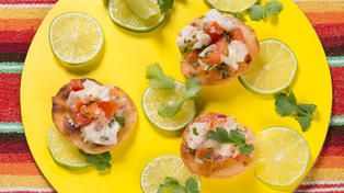 Kveite på meksikansk tostada med koriander og lime