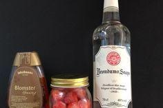 Jordbærlikør:1 vaniljestang (det kan sagtens være en, hvor du har brugt indmaden til noget andet), 50 g. honning, ca. 300 g jordbær, rensede og skyllede, 3 dl. klar snaps eller vodka. Kom jordbærrene i et glas med honning og vaniljestangen, hæld snapsen eller vodkaen over, så det hele dækkes. Kom låg på glasset og lad snapsen trække ca.14 dage på køl. Jordbærrene vil afgive deres fine røde farve til snapsen. Sigt snapsen fra og nyd den ved stuetemperatur eller let afkølet.