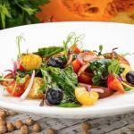 Постный салат из томатов, шпината и голубики |FOODIKA - ФУДИКА