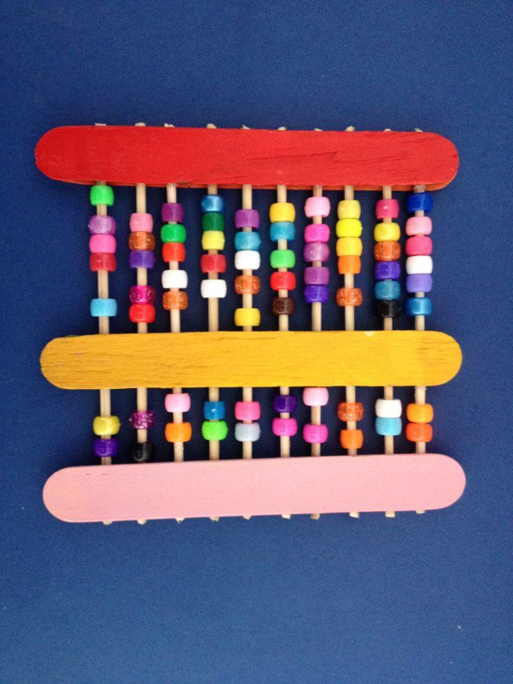Hacer un abaco de madera. Abaco de madera y cuentas para enseñar a los niños a contar.