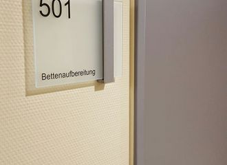 Ev. Krankenhaus Köln Weyertal Design trifft auf Funktionalität!  Sirius - Ein modernes System mit zahlreichen Gestaltungsmöglichkeiten. Designed wurde dieses System von Holscher Design, die bekannteste und prämierte Design Agentur Skandinaviens.   #wegeleitung #besucherleitsystem #patientenleitsystem #pflege #krankenhaus #modern #wayfinding #modulex #glas #gosigno