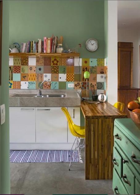 jolie crédence toute joyeuse et du plus bel effet sur cette couleur olive!