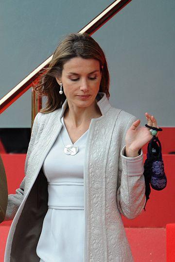 Letizia renunció al traje de chaqueta, que sí llevaban la Reina y las Infantas Elena y Cristina, y eligió un vestido con abrigo a juego para presenciar el desfile de las Fuerzas Armadas en el Paseo de la Castellana el día de la Fiesta Nacional, Madrid. Lunes, 13 de octubre de 2008.