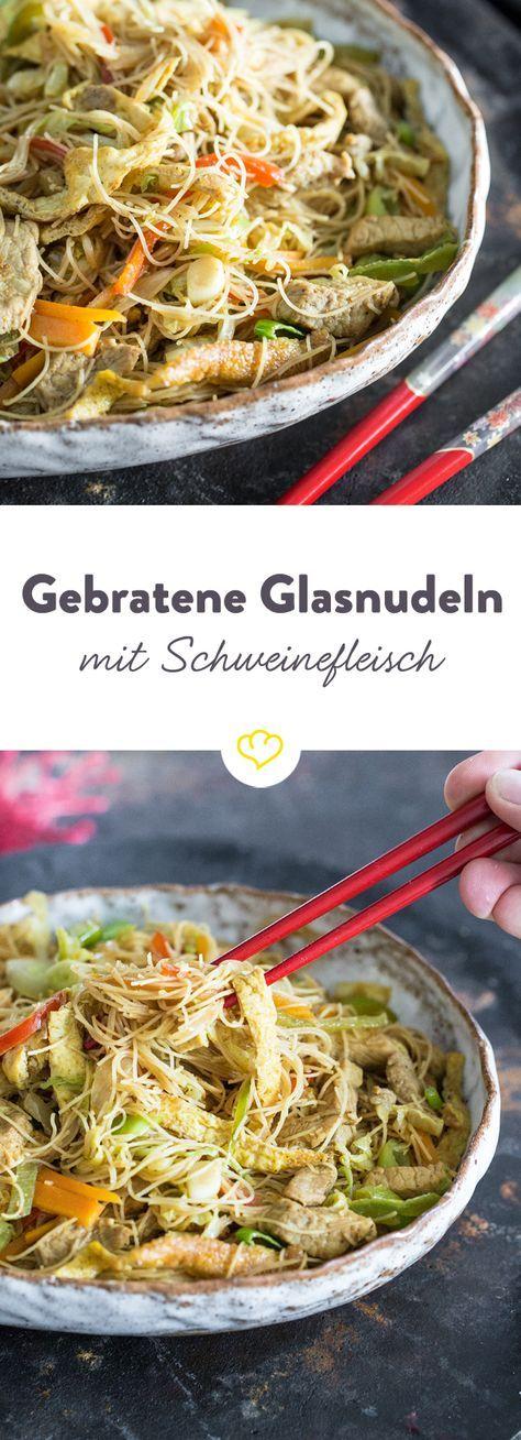 In Singapur ist das gebratene 'Mei Fun' sehr beliebt: Glasnudeln landen vermengt mit Omelett-Streifen, Schweinefleisch, Gemüse und Sauce im heißen Wok.