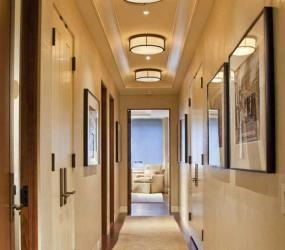 Узкий коридор, украшенный картинами