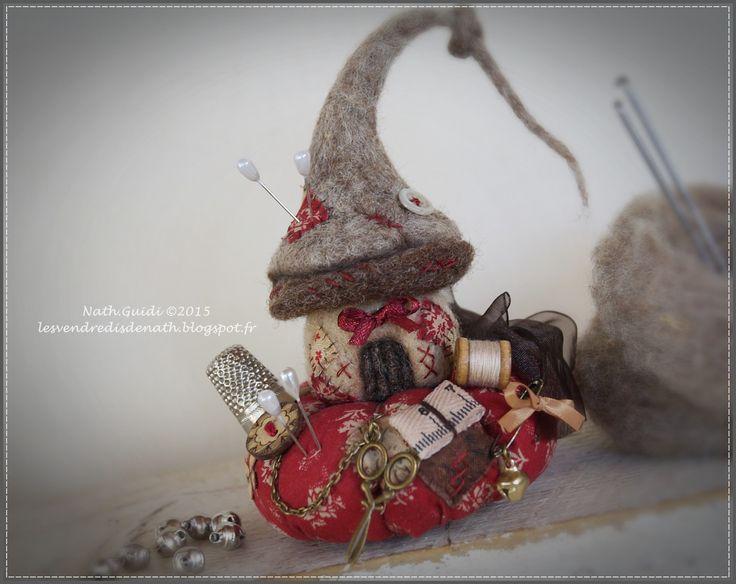 Maisonnette de lutin en laine feutrée sur son coussin pique-aiguilles : Accessoires de maison par les-vendredis-de-nath