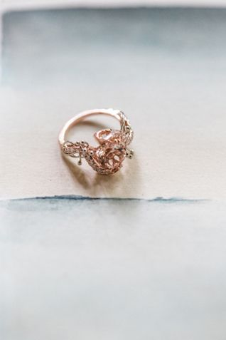 Unique rose gold wedding ring | Petra Veikkola Photography