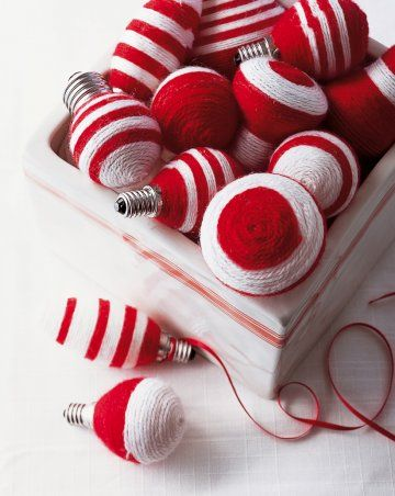 Ampoules usagées recouvertes de fils de laine rouge et blanche collés . От стари лампени крушки - декорация в бяло и червено.