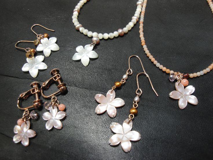 シェル桜シリーズ ネックレス ¥3000 ピアス&イヤリング ¥1400