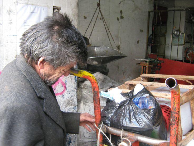 En relación con el acceso a los servicios de salud de la población recicladora, se encontró que de los 8.479 recicladores que existen en Bogotá 5.486 esto es el 64,7%, están cubiertos por algún servicio de salud, 2.866 (33,8%) no lo están y 127, es decir, el 1,5% informaron que no saben (DANE, 2011).