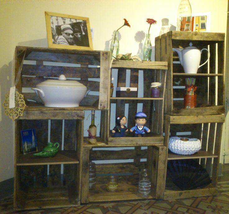 """Estanteria amb caixes de fruita, de """"Fil Parrenda"""", a Quotidiart. http://quotidiart.blogspot.com.es/2013/11/estanteria-fil-parranda.html"""