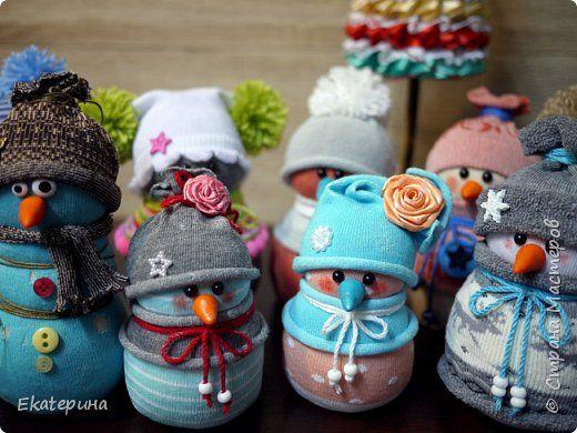 Всем доброго времени! Меня тоже не обошли снеговички из носочков. Насмотрелась красоты и тут, и в интернете.:) Полюбила их безумно, жалко будет расставаться.:)) Делались в подарок. фото 1