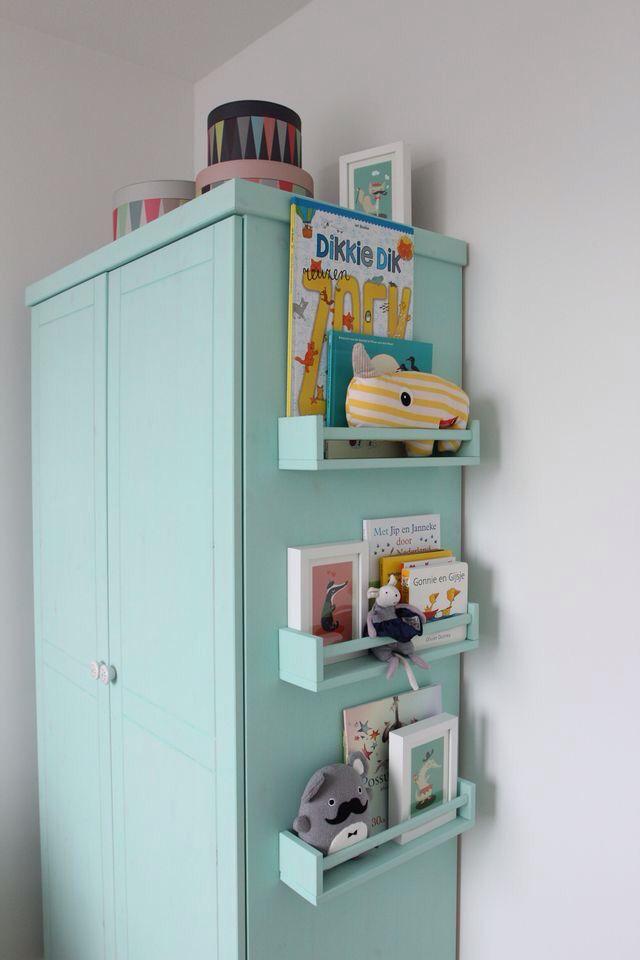 Yteffektivt! Bokhyllor på sidan av en garderob för barnböcker och favoritleksaker. #smålandsvillan #barnrum #sovrum #inredning #inspiration #barnvänligt #barnsmart #barnsmartavillan #DIY