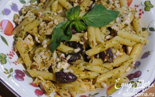 Паста с курицей, оливками и соусом песто