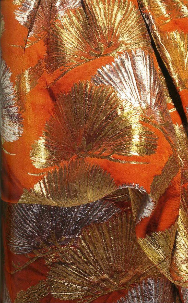 Платье для коктейлей. Салон Диора в Даймару, около 1958. Оранжевая вискоза с тканым узором из золота и серебра (нити Dacron), узор из сосновых иголок, комплект из болеро и платья с бюстгальтером-brassiere внутри.