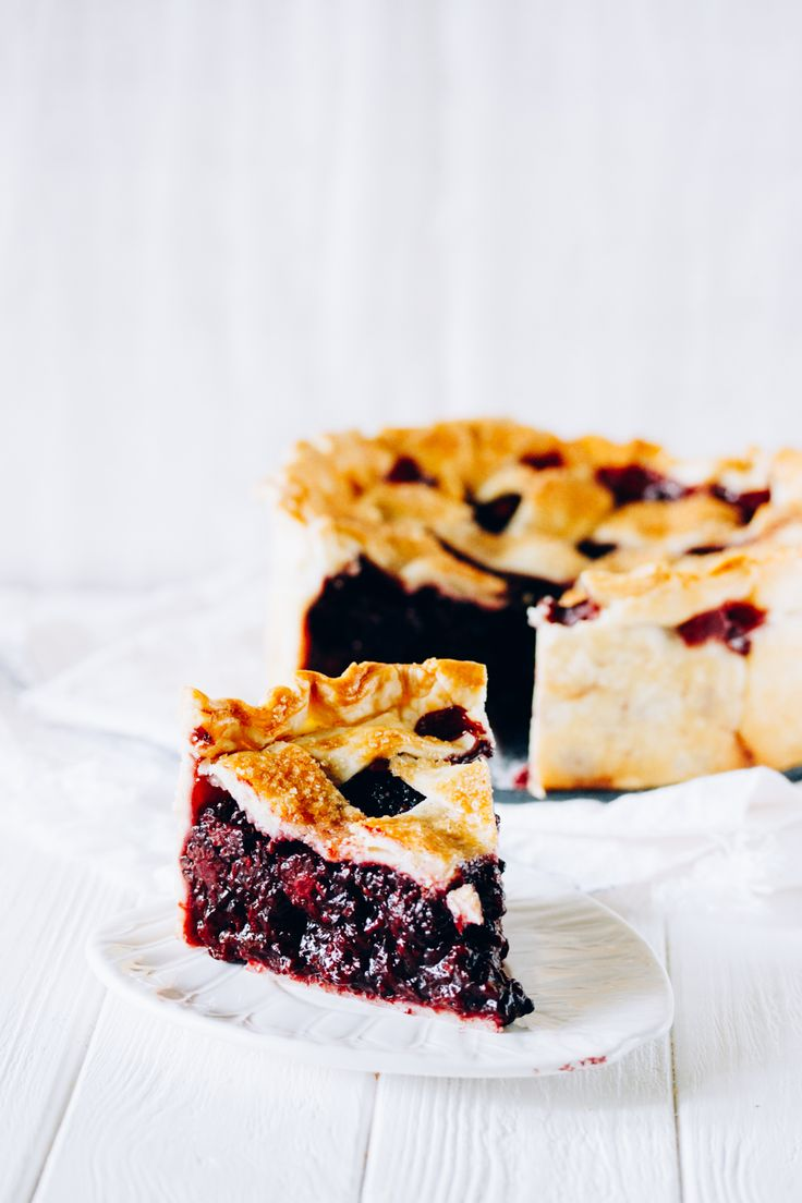 Delicious deep dish blackberry pie. Crusty shortbread filled with tons of berries. Mmmm! So yummy! Check it at once or save for later.