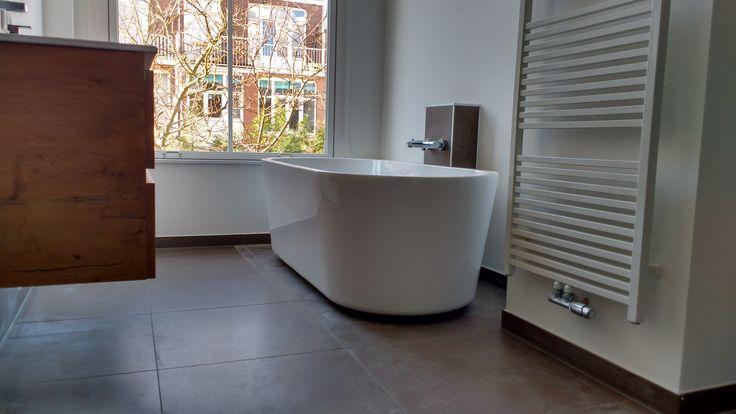 Aan de Frankenslag Den Haag hebben we de complete badkamer gerenoveerd en voorzien van een vrijstaand bad. Surf naar probouwleiden.nl of bel 071-710.740.4