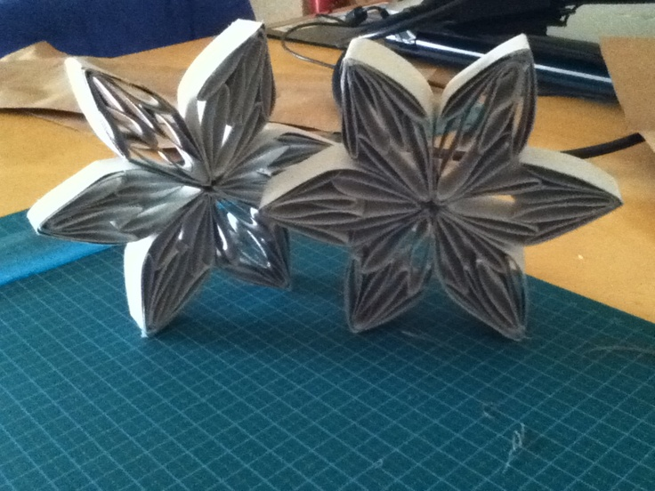 Poinsettia...I made with Cardboard Tube...Next step the color...Very simple to make...Idea from here http://dontbothermeimreading.com/?p=2274