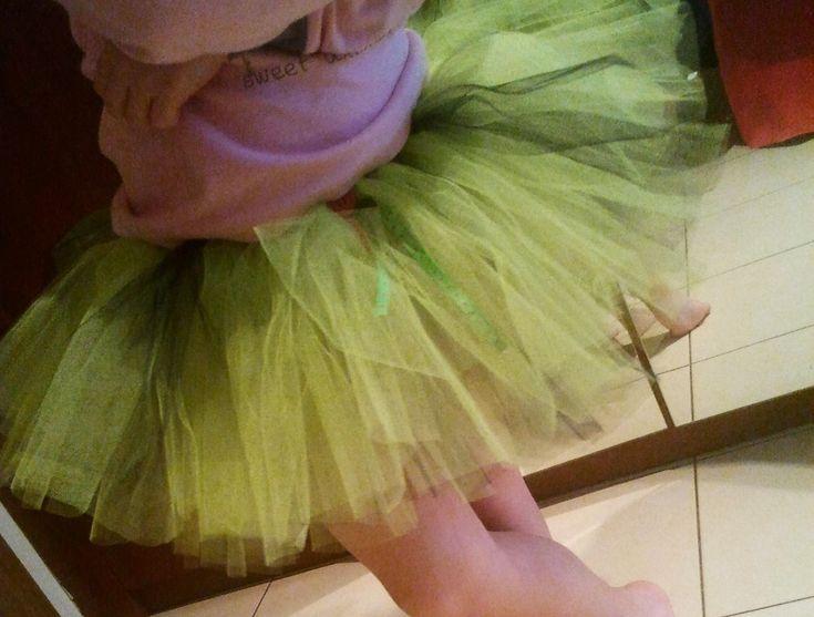 <p>Tutu, czyli spódnica baletnicy, już na stałe weszła do modowych inspiracji. Taką spódnicę z tiulu łatwo wykonasz samodzielnie i dzięki temu odświeżysz zestaw ubanek dziecięcych swojej pociechy. Przedstawiamy prosty tutorial, jak uszyć spódnicę z tiulu.</p>