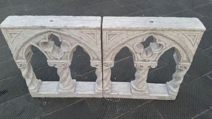 Een paar Asiago Biancone marmer twee gezichten dubbel-getoogd windows - Italië Gardone Riviera - 19e eeuw  Een prachtig paar Asiago Biancone marmeren twee gezichten dubbel-gebogen ramen dateert uit de late 19e eeuw in volledige Neo-gotische stijl afkomstig uit de stad van Gardone Riviera (Brescia). Geplaatst in een belangrijke antieke boerderij met uitzicht op de Vittoriale degli Italiani maakten ze deel uit van een zolder enkel balustrade. Zoals in het Palazzo Ducale van Venetië de witte…