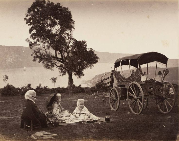 Yuşa Tepesi'nde koçu arabası, 1865 / Koçu arabası : eski istanbul' a özgü öküzlerle çekilen, üstü örtülü bir tür binek arabasıdır.19. yy' ın sonlarına kadar kullanılmış olup içinde koltuk bulunmaz. sedirlere oturulurdu.osmanlı döneminde erkekler yalnız binek hayvanlarına bindiklerinden, bu arabayı sadece kadınlar kullanırdı. Via Ercan Kurt
