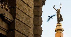 SÃO PAULO É UMA MULHER – Em frente ao Pátio do Colégio, lugar onde nasceu a cidade, São Paulo é representada por uma figura feminina que aparece no topo da escultura de quase 26 metros de altura. A obra foi feita pelo italiano Amadeo Zani.