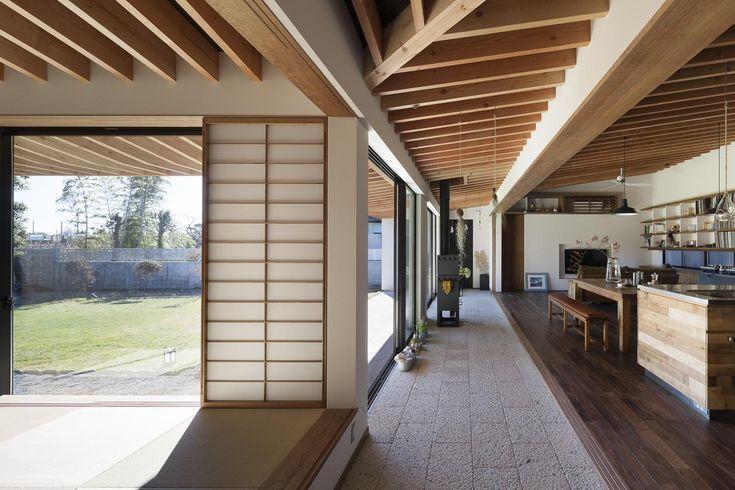 土間を挟んで、離れのような感覚の空間構成です。 専門家:根來宏典が手掛けた、離れのような感覚(土間の広がる家)の詳細ページ。新築戸建、リフォーム、リノベーションの事例多数、SUVACO(スバコ)